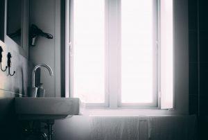 jak wybrać okna do łazienki?