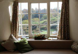 okno z siedziskiem w salonie